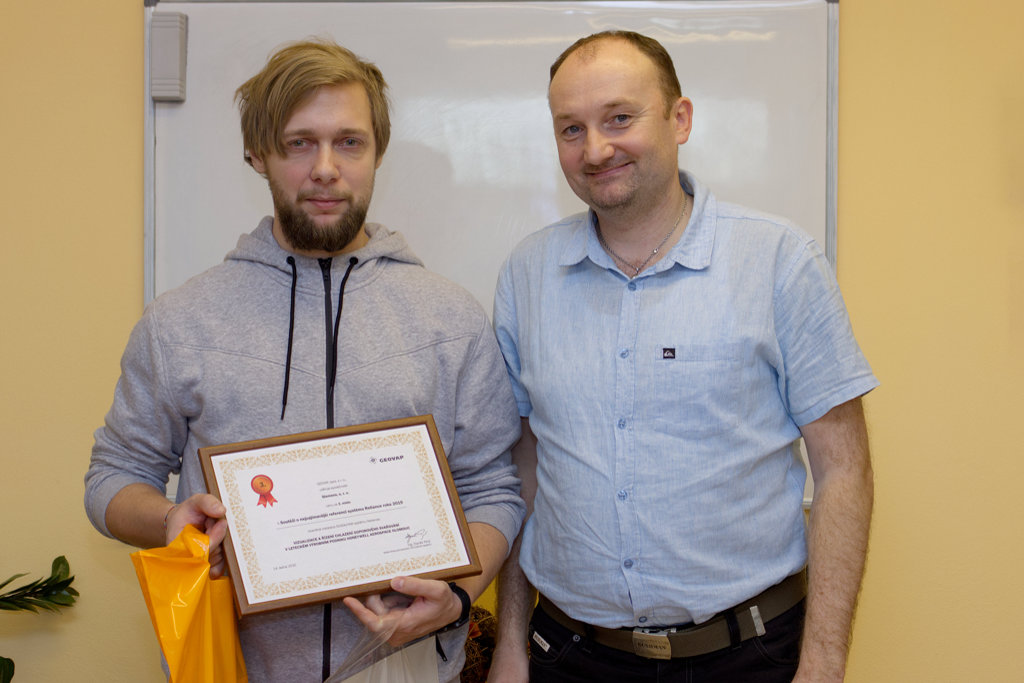 Mr. Tandler (left) of Siemens and his third-place prize