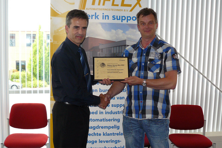 Handing over the 2nd prize to Rob Meester of Boukens Enkhuizen B.V. at the headquarters of Hiflex, our Dutch distributor